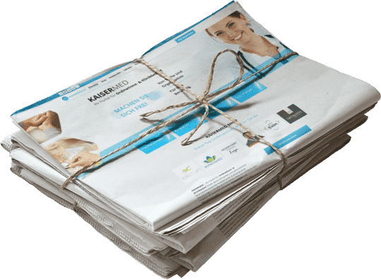 Zeitungsstapel mit Kaisermed Newslettern