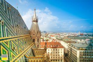 Ausblick über den Wiener Stephansdom und verschiedene Immobilieninvestments von Dr. Rinner & Partner