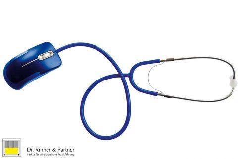 Blaue Computermaus mit Stethoskop als Kabel symbolisch für das Digitale in der Ärzteberatung