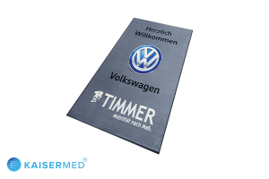 """LOGOMATTE LogoMat Business - bedruckte Fußmatte mit der Aufschrift """"Herzlich Willkommen Volkswagen Timmer Mobilität nach Maß."""" inkl. dem VW Logo in der Mitte"""