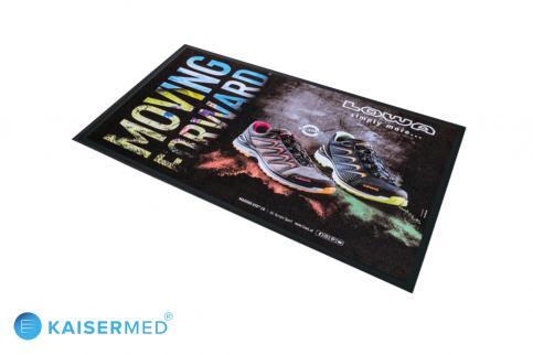 """Werbematte PromoMat Basic bunt bedruckter Teppich mit zwei Schuhen der Firma LOWA inkl. Schriftzug """"Moving Forward"""" und Firmenlogo"""