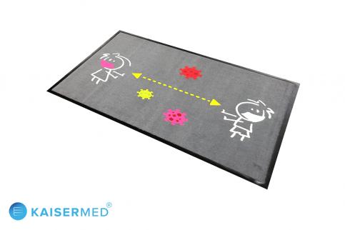 Bedruckte Hinweismatte / Fußmatte mit zwei Kindern mit Mundschutz und einem Abstandspfeil dazwischen, oben und unten einige symbolische Viren im Comic Style
